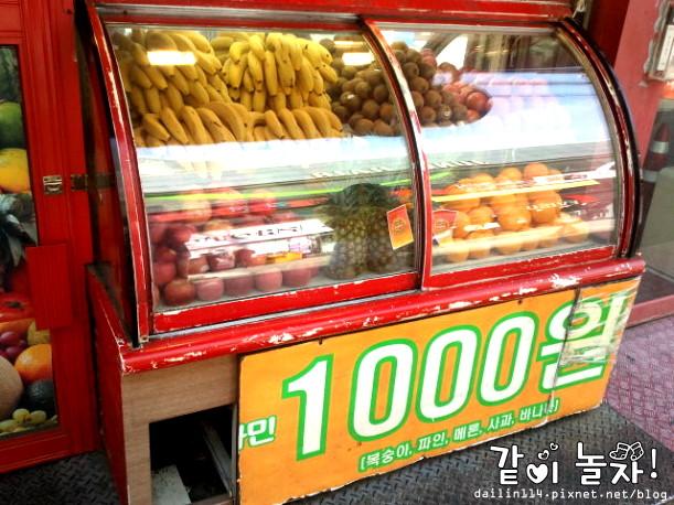首爾便宜飲料店梨大站超便宜₩1000果汁飲料,也有咖啡、熱飲(台幣約27)。이대 비타민 @Gina Lin